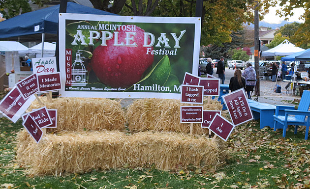 apple day sign